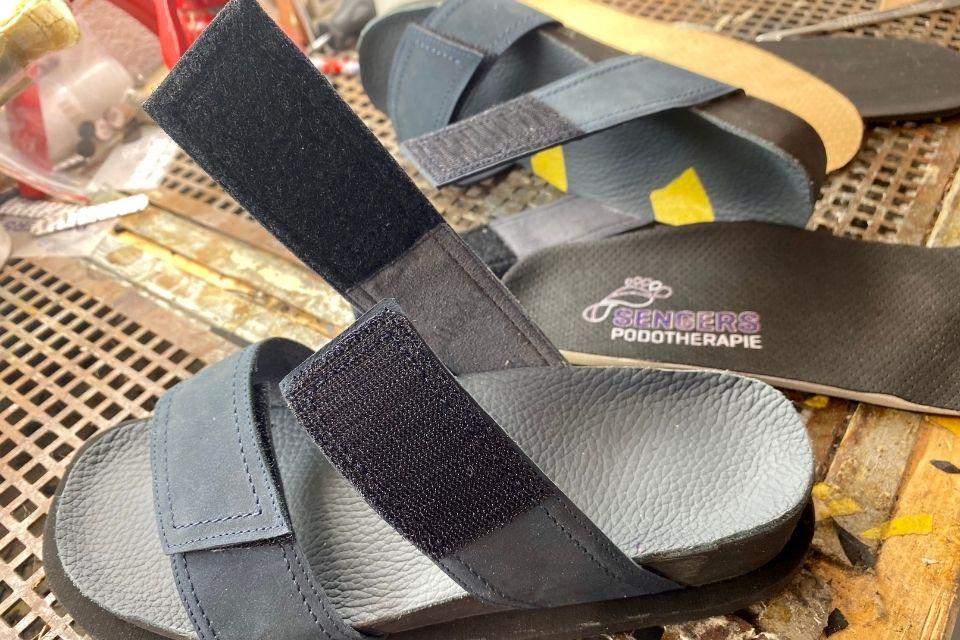 op maat gemaakte sandalen en slippers door sengers podotherapie wijchen